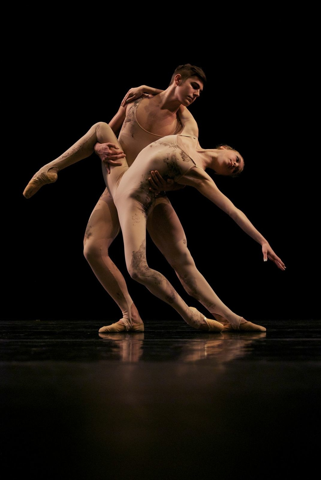 dede erotic movement on stage in contemporary ballet